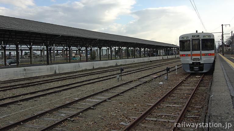 東海道本線・美濃赤坂駅、西濃鉄道のホームが威容を放つ