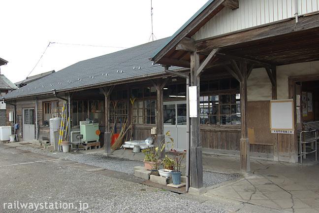 終着駅・美濃赤坂駅、ホームからやや離れ位置する木造駅舎