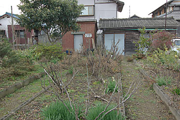 東海道本線・赤坂支線・美濃赤坂駅、駅構内の花壇やランプ小屋