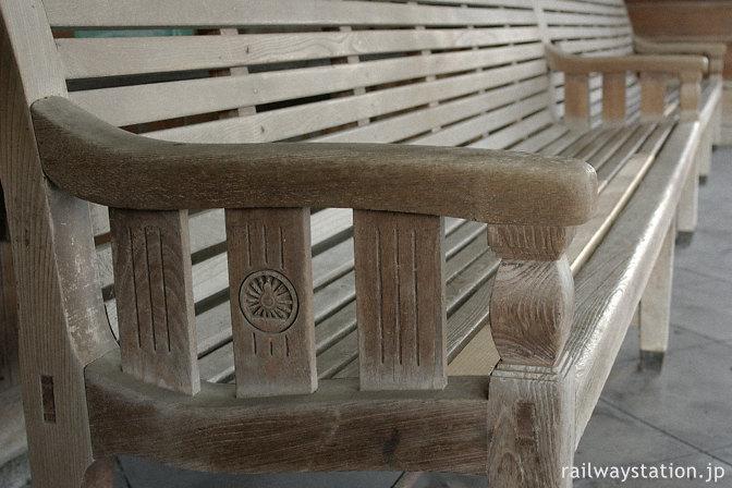 JR東海道本線・美濃赤坂駅、待合室の動輪マーク付き木製ベンチ