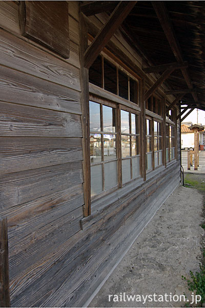 東海道本線・美濃赤坂駅の木造駅舎、木の質感豊かな壁