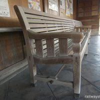 木造駅舎でたまに見かける動輪マーク入り木製長椅子