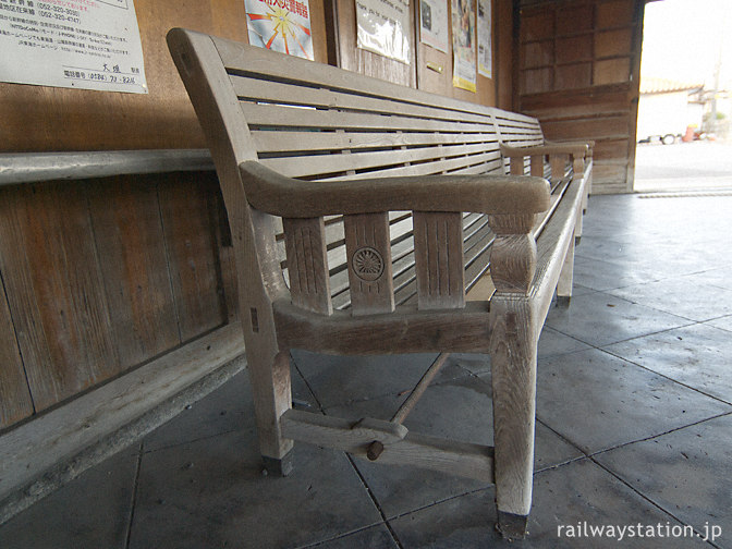 JR東海道本線・美濃赤坂駅、待合室の国鉄動輪マーク付き木製ベンチ
