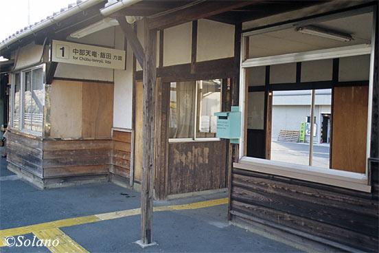 飯田線・野田城駅、古びた木の質感が味わい深い木造駅舎