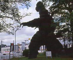 飯田線・野田城駅隣接、横浜ゴム敷地内のタイヤの怪獣
