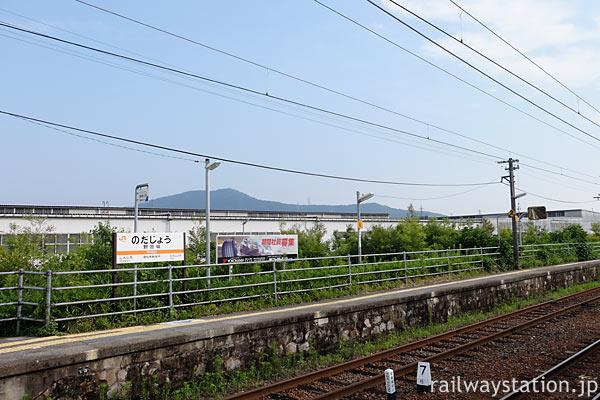 飯田線、桜並木が伐採された野田城駅上りホーム、