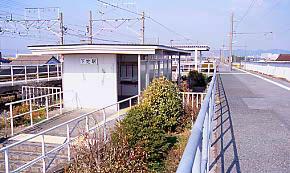 JR飯田線・下地駅、上下線のプラットホームに挟まれた駅舎