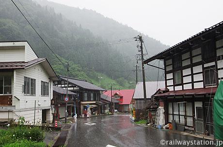 岐阜県境の駅、高山本線・杉原駅。駅前の集落