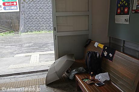 高山本線・杉原駅、待合室で雨音を聞きながら…