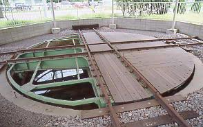 愛知県武豊町・武豊港駅跡、きれいに整備された転車台。