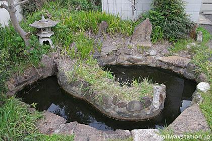 JR東海・武豊線・武豊駅の池庭の知多半島を模った島のようなもの