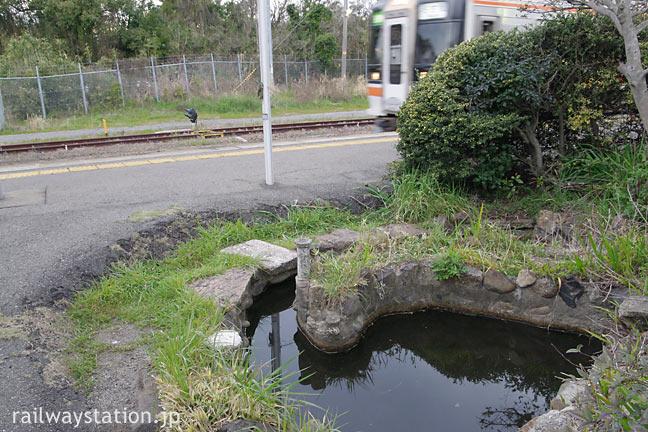 武豊駅の池庭と入線したキハ75形気動車