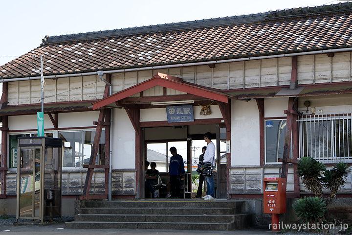 JR参宮線・田丸駅、味わいる木造駅舎と乗降客