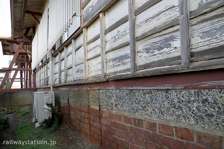 参宮線・田丸駅の木造駅舎、基礎のレンガと人工石、そして木の壁