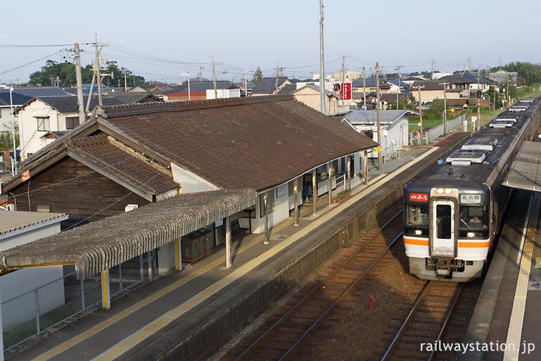 参宮線・屋根瓦が見事な田丸駅舎、快速みえが通過