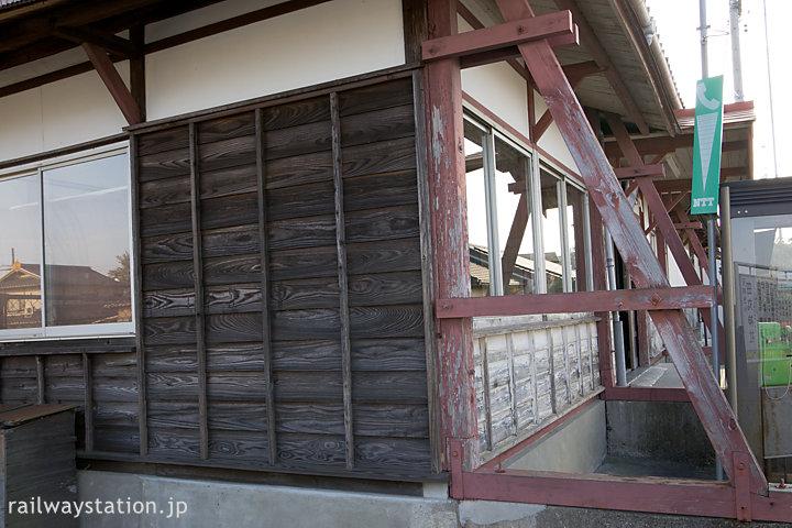 参宮線・田丸駅、木のつっかえ棒で支えられる木造駅舎、