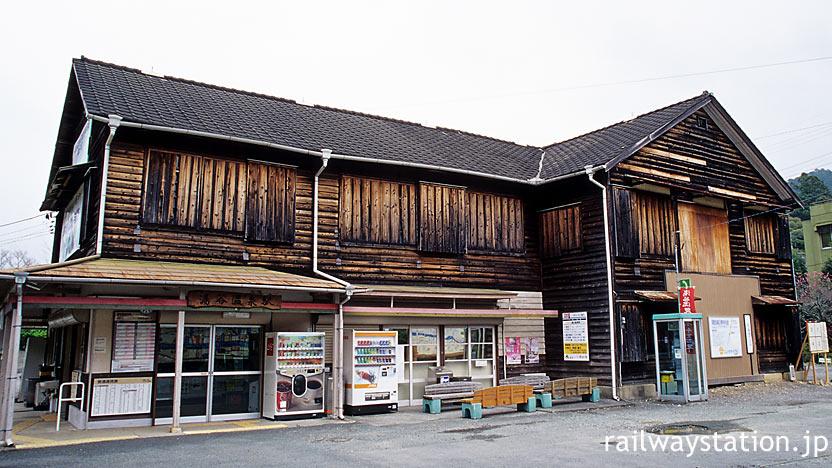 飯田線・湯谷温泉駅。旅館を併設していた大柄な木造駅舎。