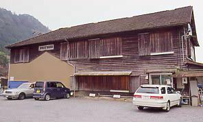 JR飯田線・湯谷温泉駅の木造駅舎、裏側