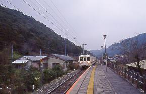 JR東海・飯田線、湯谷温泉駅に入線する普通列車