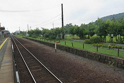 吉備線・備前一宮駅、廃止となり緑化された反対ホーム