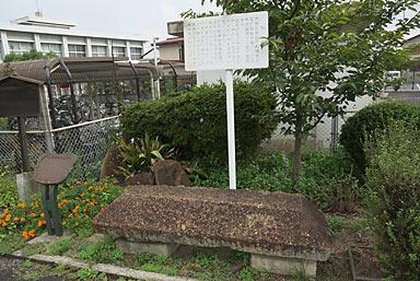 吉備線・備前一宮駅、古代の石棺が展示されている