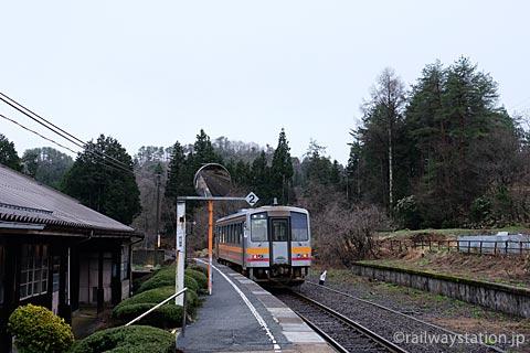 芸備線・道後山駅、一日の数少ない列車が出発