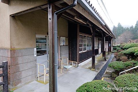 JR西日本・芸備線・道後山駅の木造駅舎、ホーム側の風景