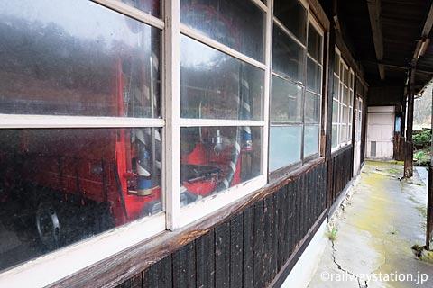 芸備線・道後山駅、旧駅事務室には地元消防団の消防車が格納