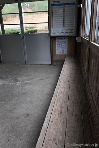 芸備線・道後山駅の木造駅舎、待合室の造り付けの木製ベンチ