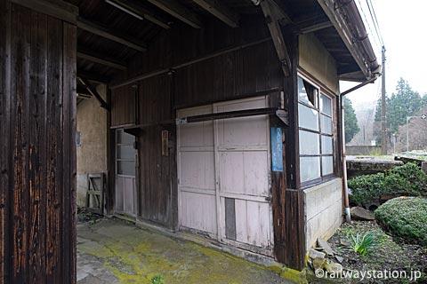 芸備線・道後山駅、駅本屋に隣接する木造の小屋