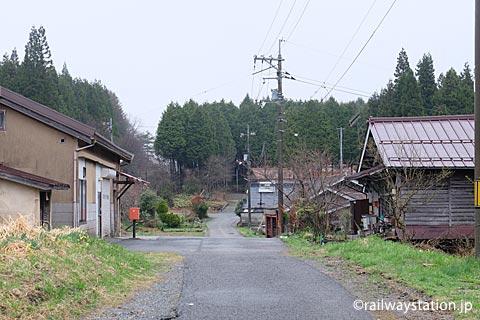 芸備線・道後山駅、駅前の道