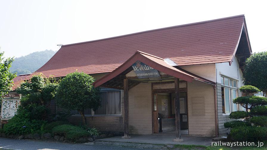 JR西日本芸備線・比婆山駅、社殿風の木造駅舎が現役