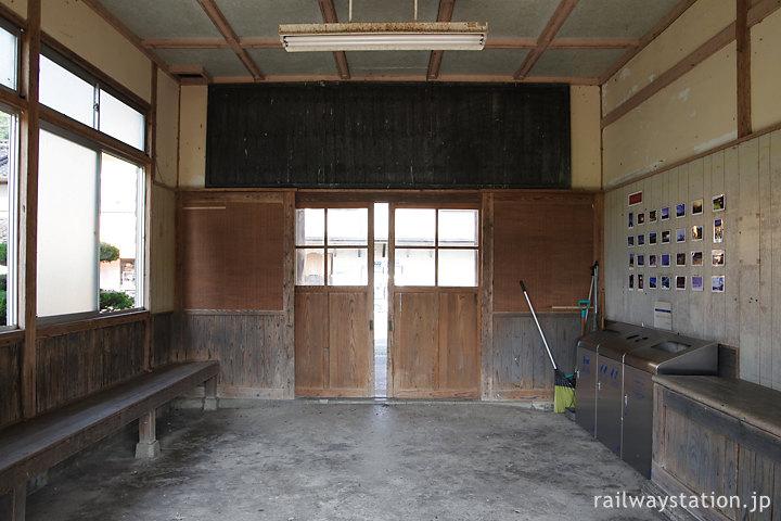 芸備線・比婆山駅の木造駅舎、古びた待合室