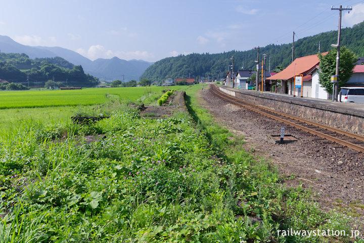 芸備線・比婆山駅、廃止されたホーム跡と周囲の風景