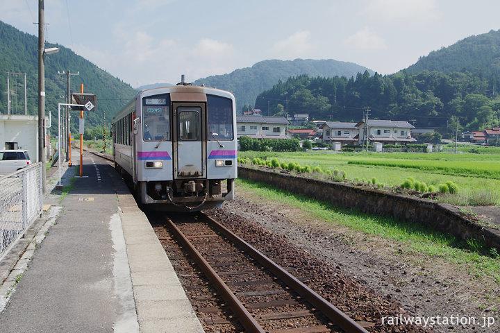 JR西日本芸備線・比婆山駅、120形の広島支社色