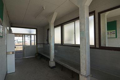 JR山陰本線・東松江駅の木造駅舎、待合室