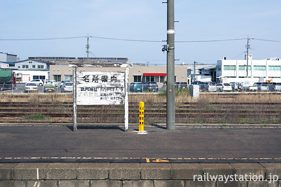 JR西日本・東松江駅、国鉄形駅名標タイプのレトロな名所案内