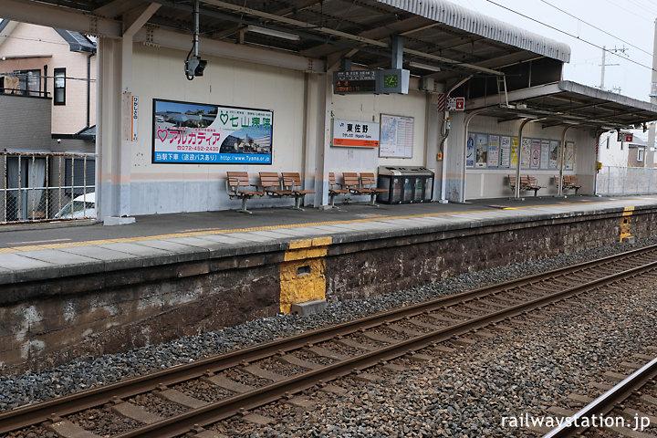 JR西日本阪和線・東佐野駅、古い石積みが残るプラットホーム