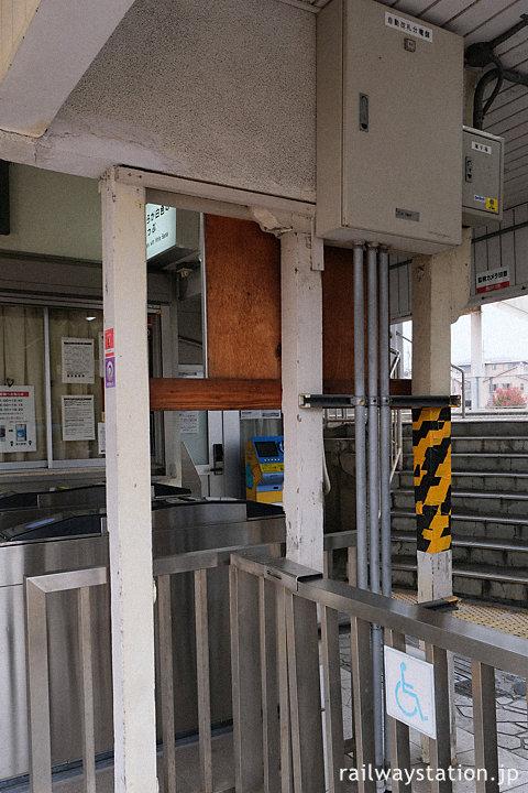 阪和線・東佐野駅、昭和の古い駅舎を支える木の柱