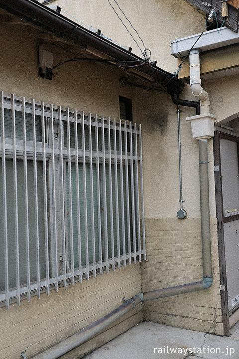 阪和線・東佐野駅、駅舎の腰壁はタイルで装飾されている。