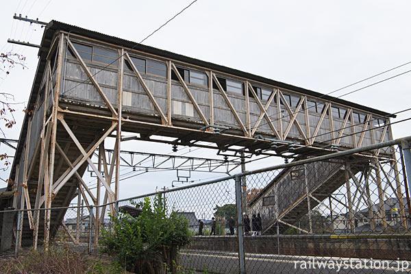 桜井線・櫟本駅、古レールを使った木製跨線橋