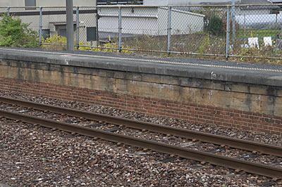 桜井線・櫟本駅、ホーム土台部分のレンガ造り