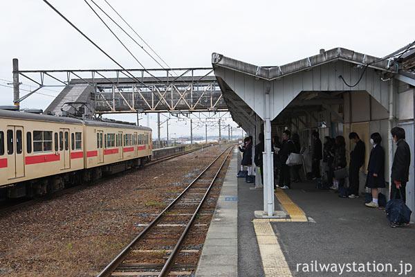 桜井線・櫟本駅ホームと105系電車、中線跡は天理臨の名残り…