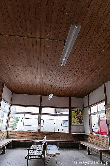 JR三江線・因原駅、木の天井が印象的な待合室