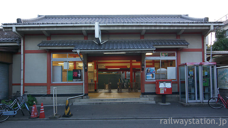 JR西日本・奈良線・稲荷駅、伏見稲荷の社殿を模した駅舎。昭和10年築。