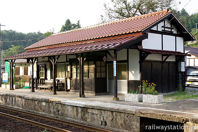 JR木次線・出雲八代駅の木造駅舎、きれいに改修されたホーム側