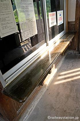 JR木次線・出雲八代駅の木造駅舎、木のカウンター残る手小荷物窓口跡