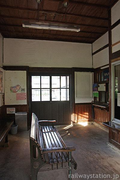 JR西日本・木次線・出雲八代駅の木造駅舎、昔のままの風情溢れる待合室