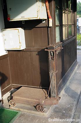 JR木次線・出雲八代駅、ホームに備え付けられたはかり