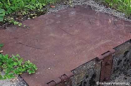 JR木次線・出雲八代駅・廃ホーム跡、「やしろ」と鋳られた構内通路の蓋